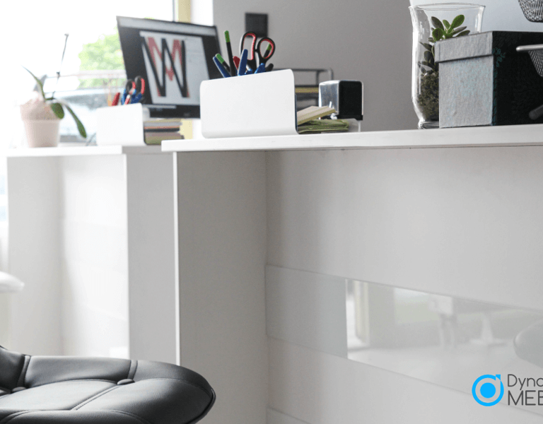 Minimalistyczne meble biurowe w kolorze bieli